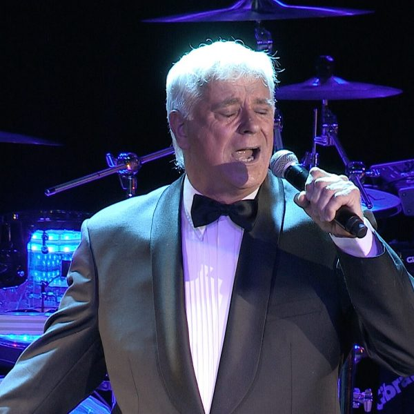 Ed White performs his tribute to Frank Sinatra live on stage